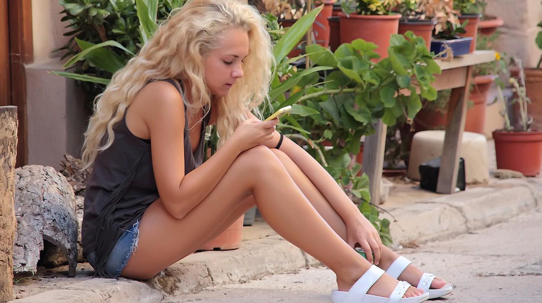 Girl using WhatsApp | © M.Campo/Flickr