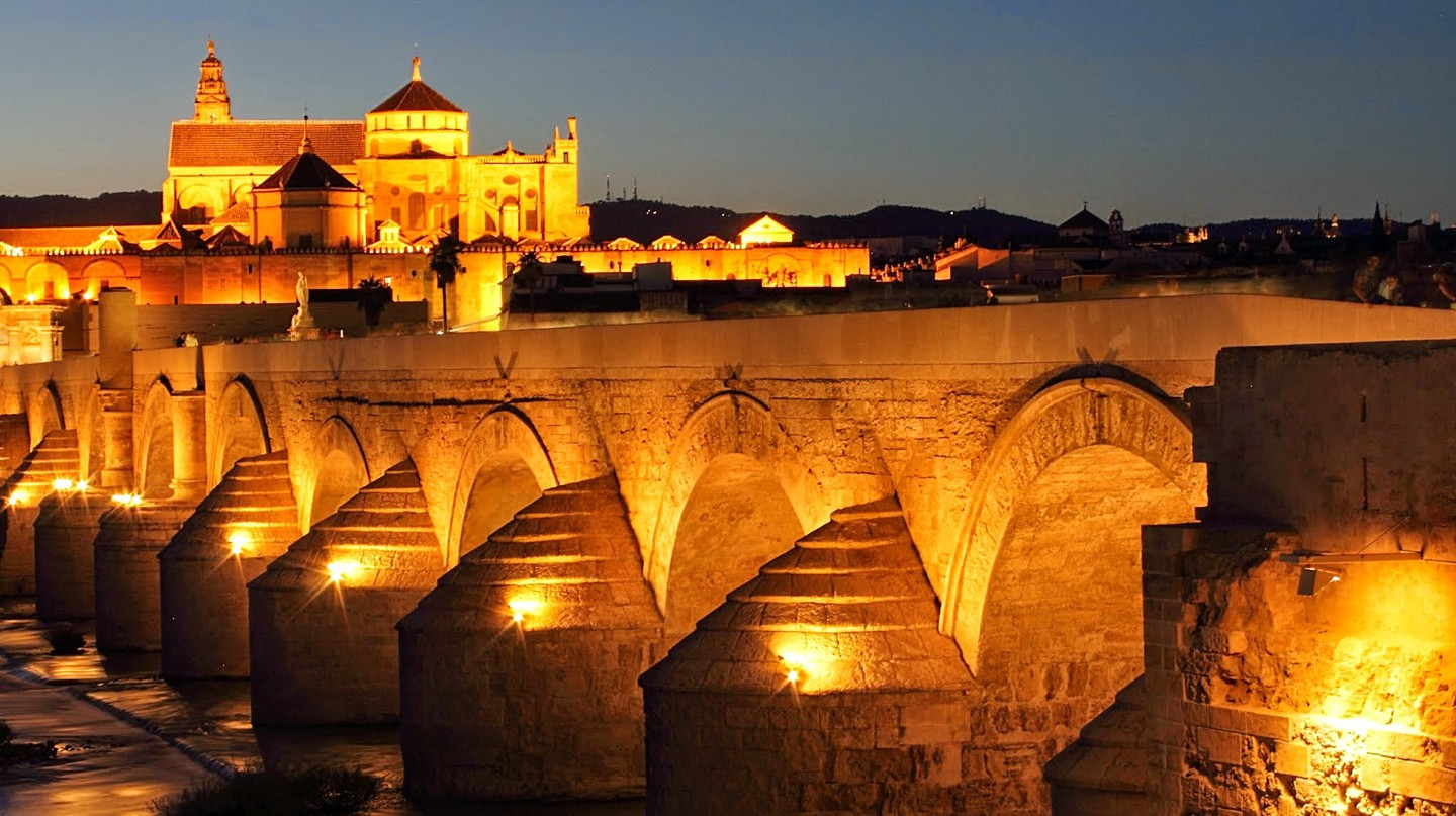Córdoba's Roman bridge at night; yuqing0232_cn, pixabay