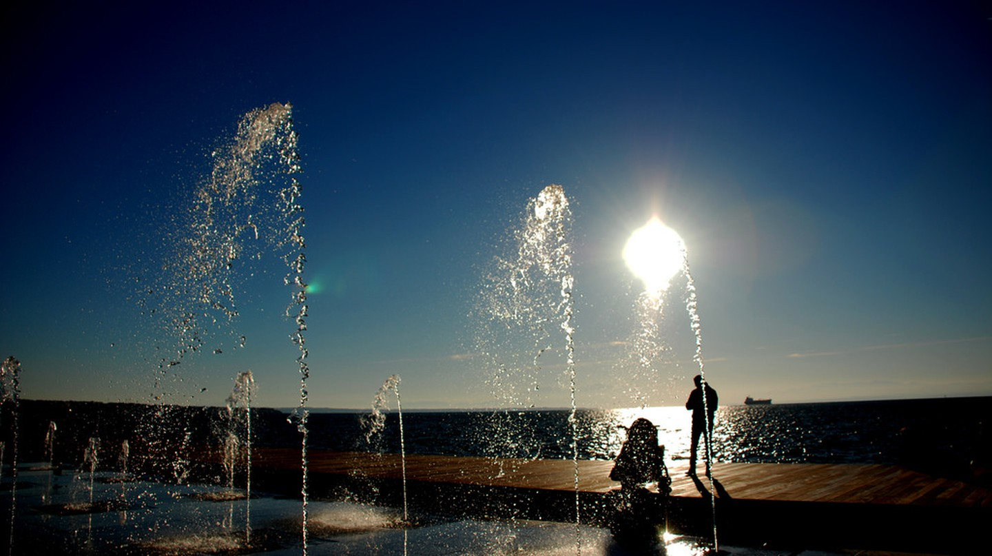 The waterfront of Thessaloniki includes a few water jets which will bring a touch of refreshment on a hot summer day