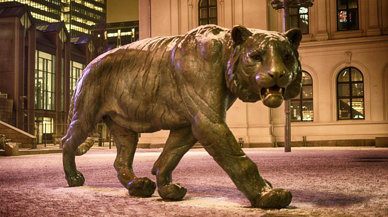 The tiger statue at Jernbanetorget symbolises Oslo © Tydence Davis/Flickr