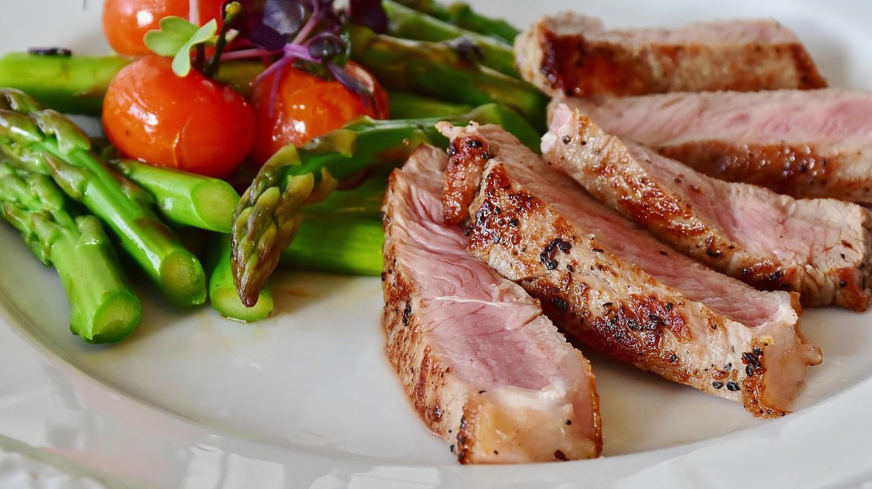 Grilled asparagus and steak   CC0 Public Domain / Pixabay