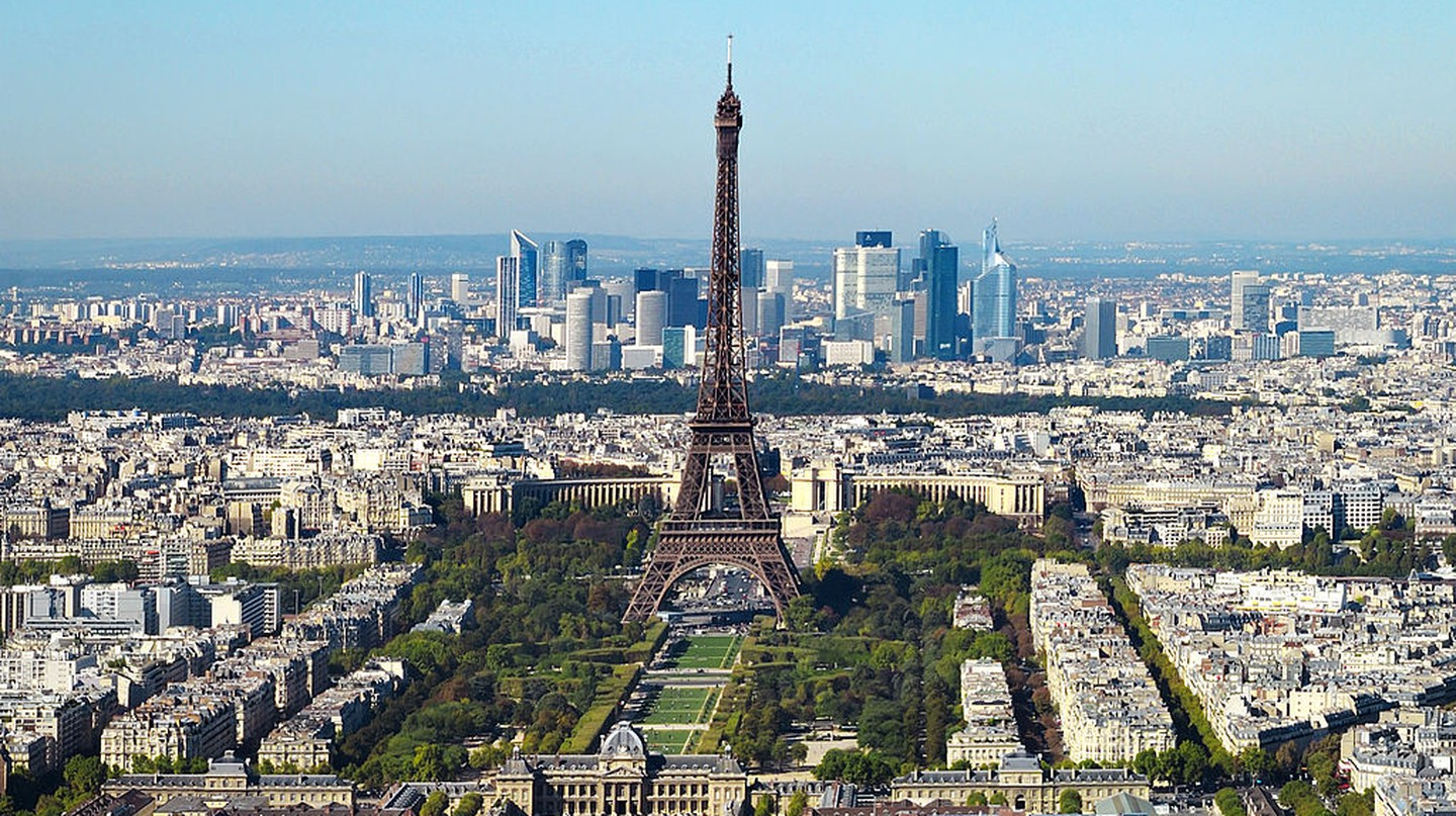 Eiffel Tower and La Défense │© Taxiarchos228 / Wikimedia Commons