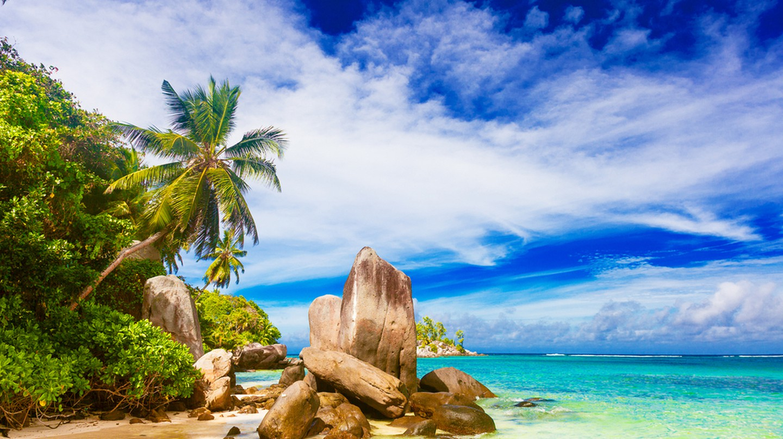 vacation at perfect tropical sandy beach. Fairytale beach, Mahe, Seychelles | © Elena Rudakova / Shutterstock