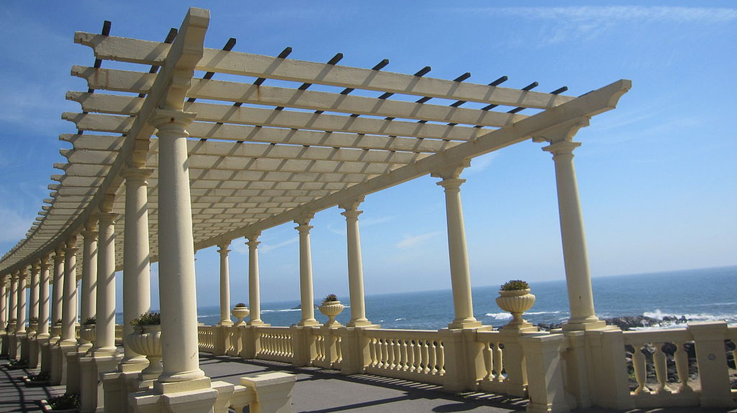 The iconic Pérgola da Foz walkway at Praia do Molhe I © Asthorone/WikiCommons