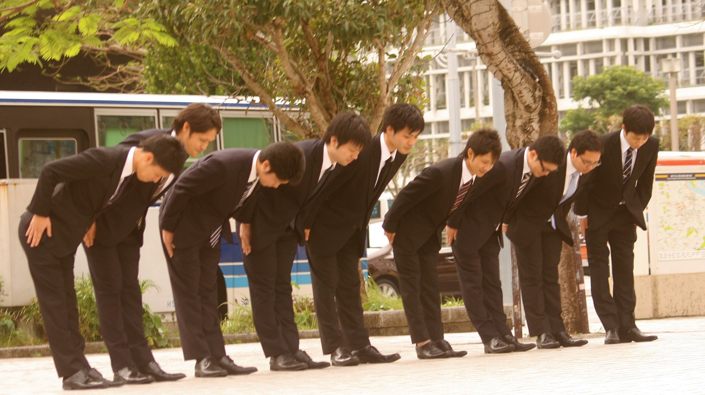 Group of young men bowing | © Akuppa/Flickr