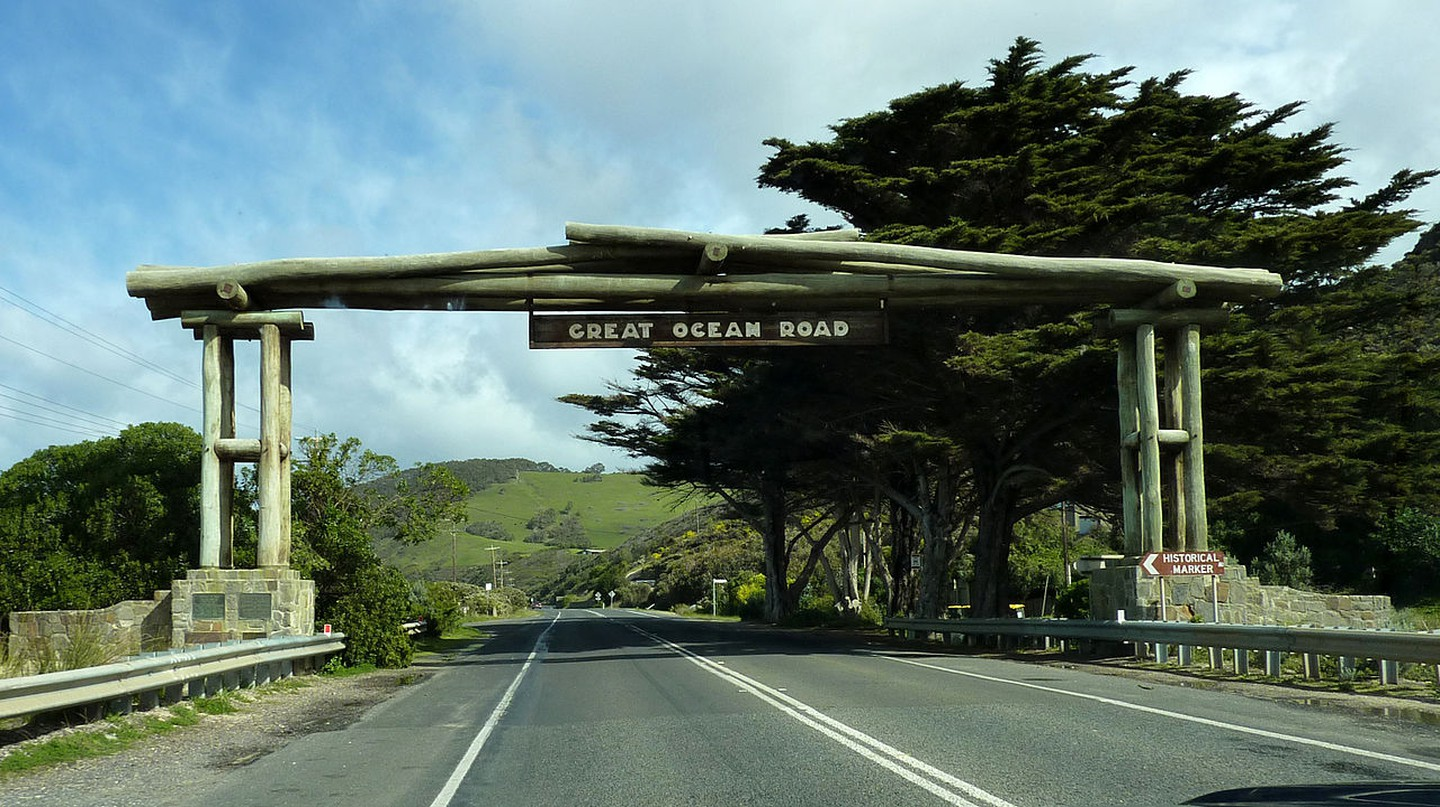 https://commons.wikimedia.org/wiki/File:2009-0825-GreatOceanRoadsign.jpg