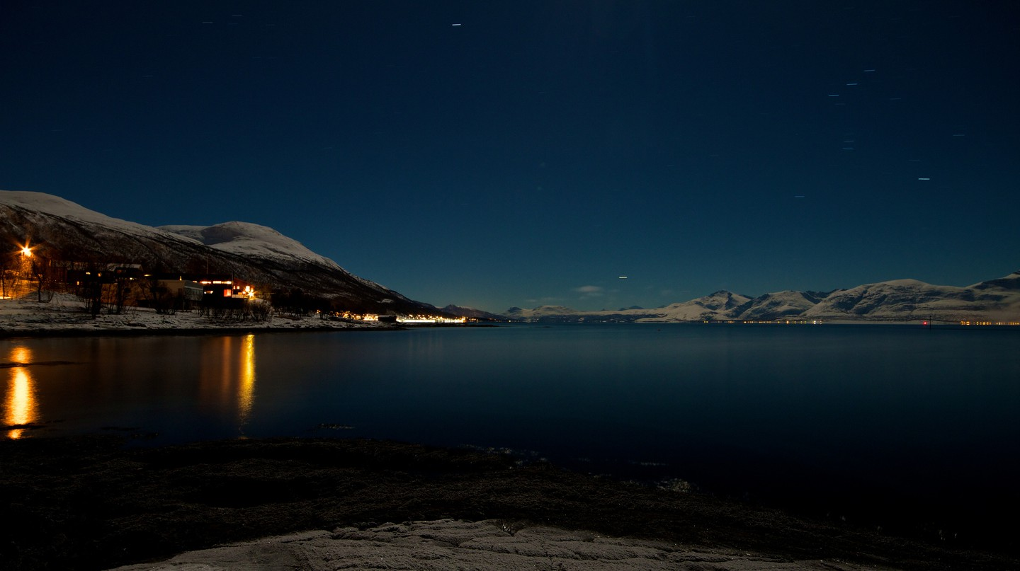 Sea by night close to Tromsø © Rafa Win / Flickr