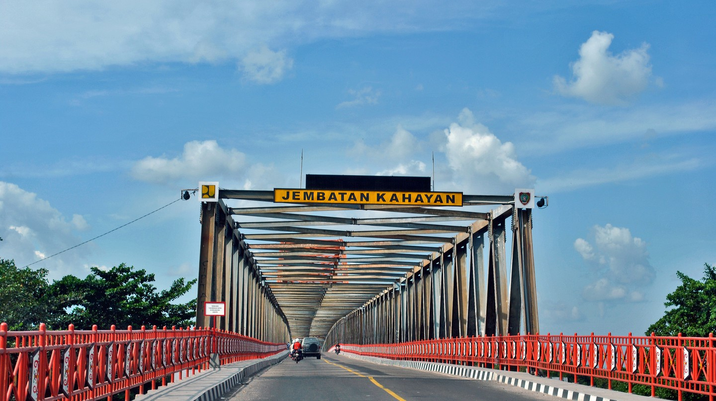 The Kahayan Bridge in Palangkaraya, Indonesia | © Everyone Sinks Starco / Flickr
