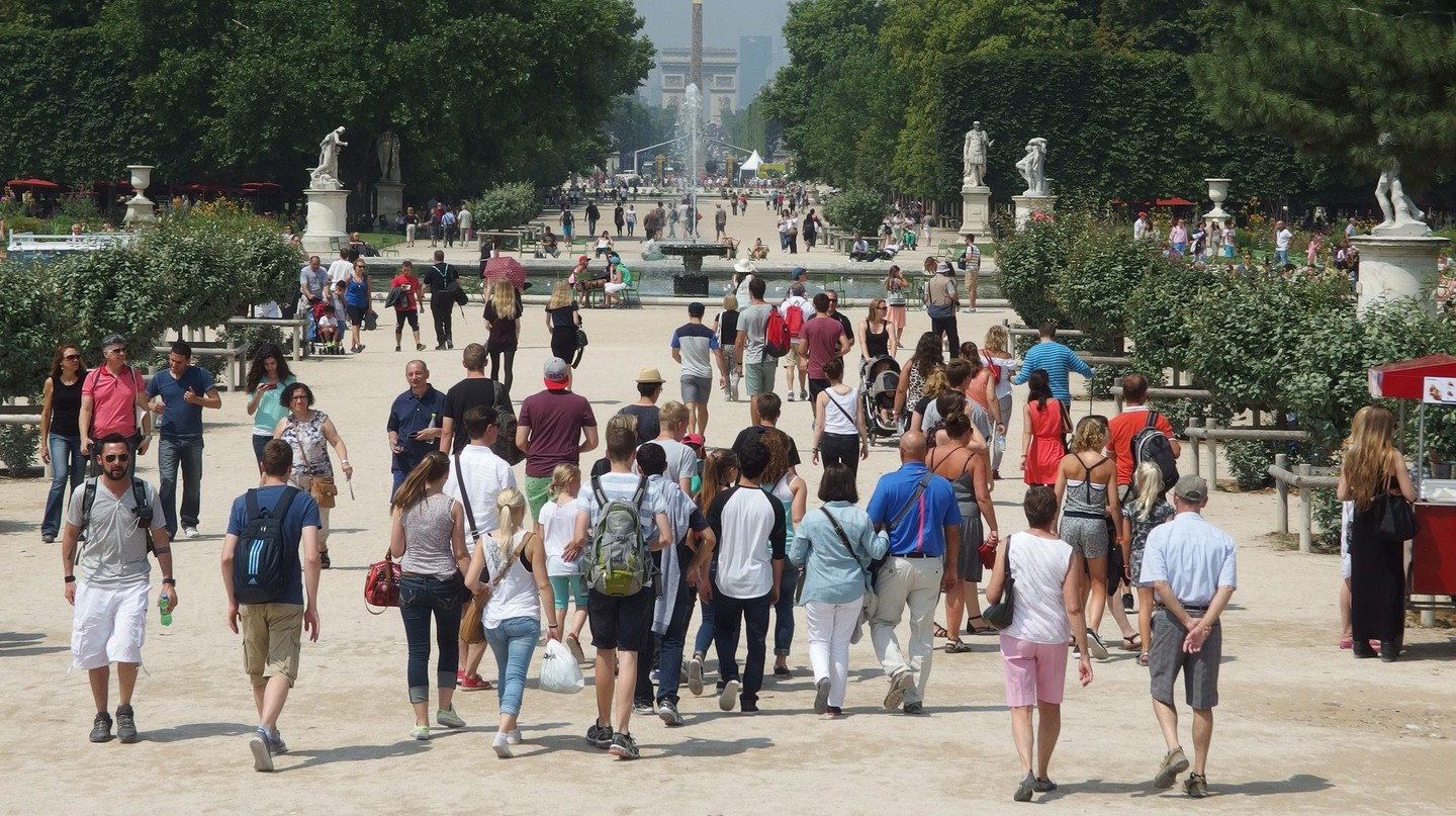 Crowds in the Jardin des Tuileries │© Guilhem Vellut / Wikimedia Commons