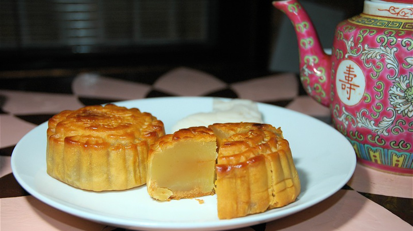 Mooncake and Chinese tea | © Wee Keat Chin/Flickr