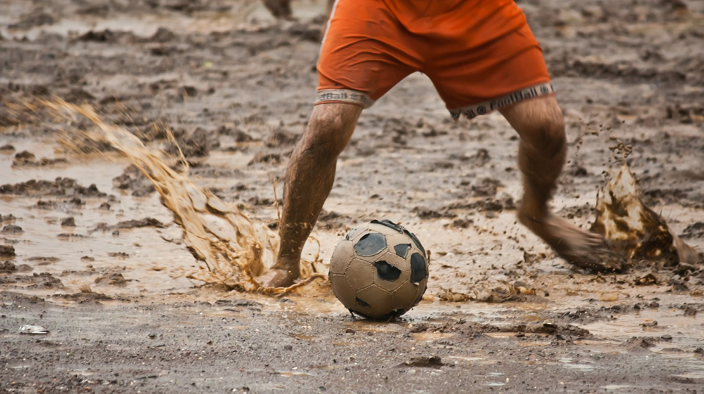 Playing swamp soccer / Pixabay