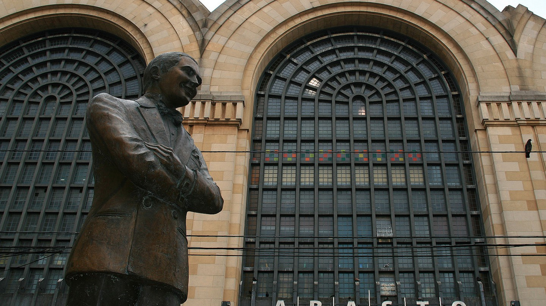 Abasto Shopping Centre and Carlos Gardel statue | © Tanenhaus/Flickr