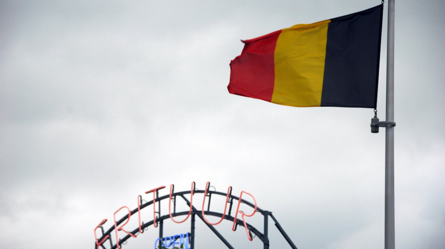 The Belgian flag and a frituur or friterie, two important national symbols | © Hendrik Dacquin / Flickr