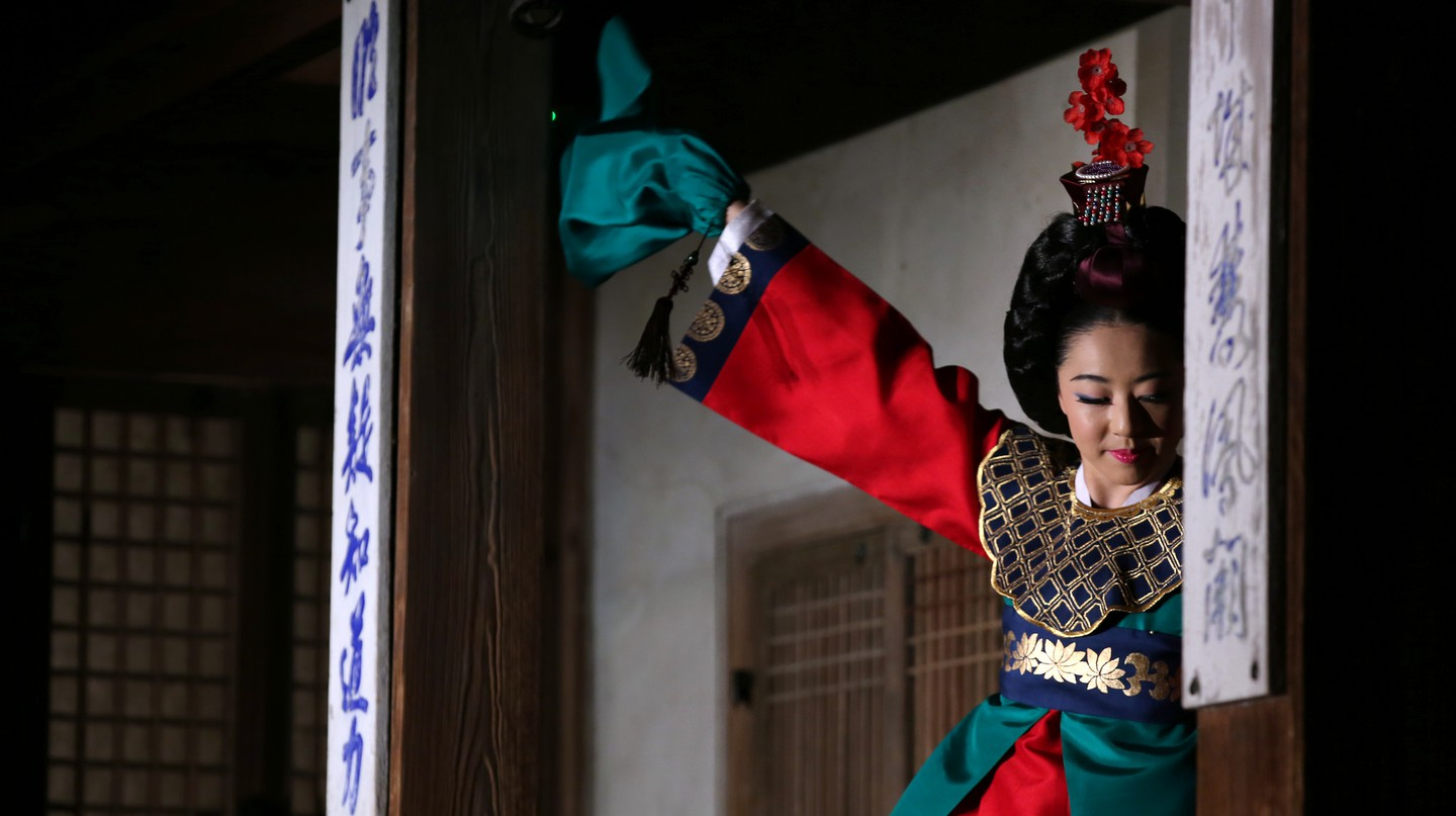 A traditional court dance at Changdeokgung | © KoreaNet / Flickr