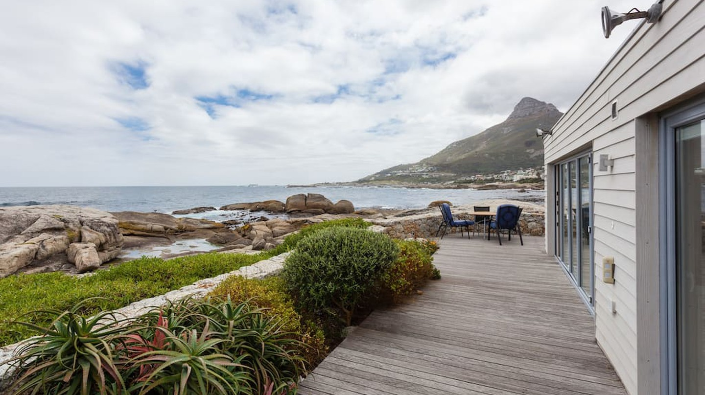 Beach House on the Rocks in Bakoven | © AirBnb