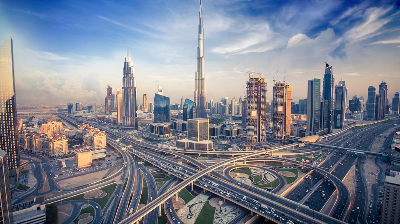 Dubai skyline with beautiful city close to it's busiest highway on traffic | © shutterlk / Shutterstock