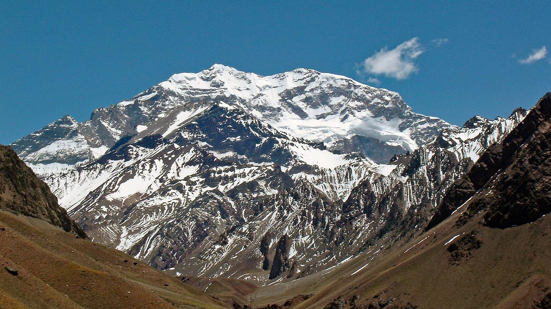 The imposing mass of Cerro Aconcagua, Mendoza | © mariordo59/Flickr