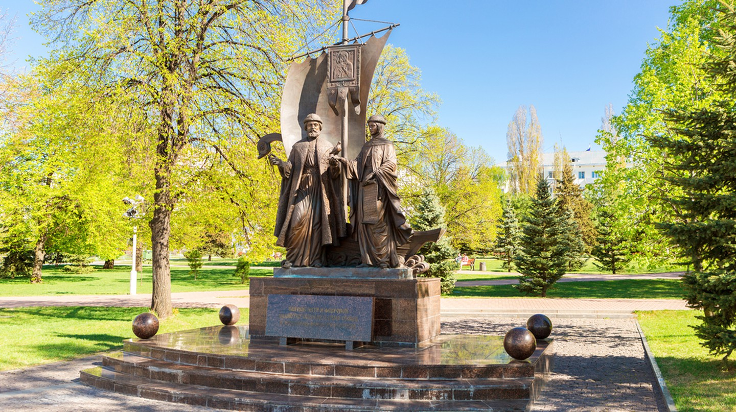 Monument to Saints Peter and Fevronia of Murom | ©FotograFFF / Shutterstock