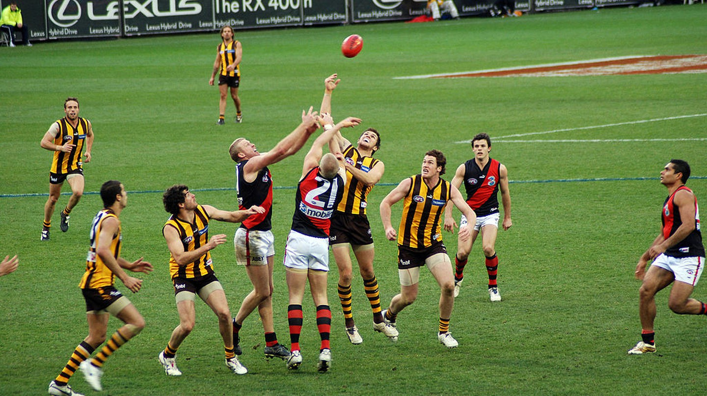 Stoppage in an AFL game  | © Tom Reynolds/WikiCommons