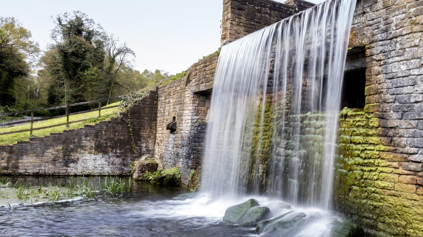 Waterfall at Newstead Abbey, Nottinghamshire | © Arran Bee/Flickr
