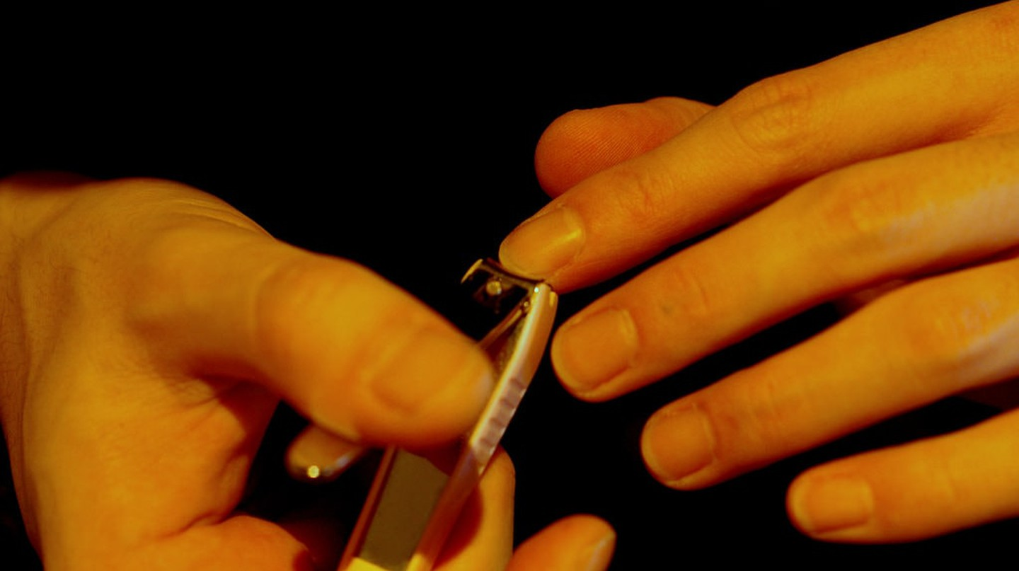 Woman trimming nails | © Tamaki Sono/Flickr