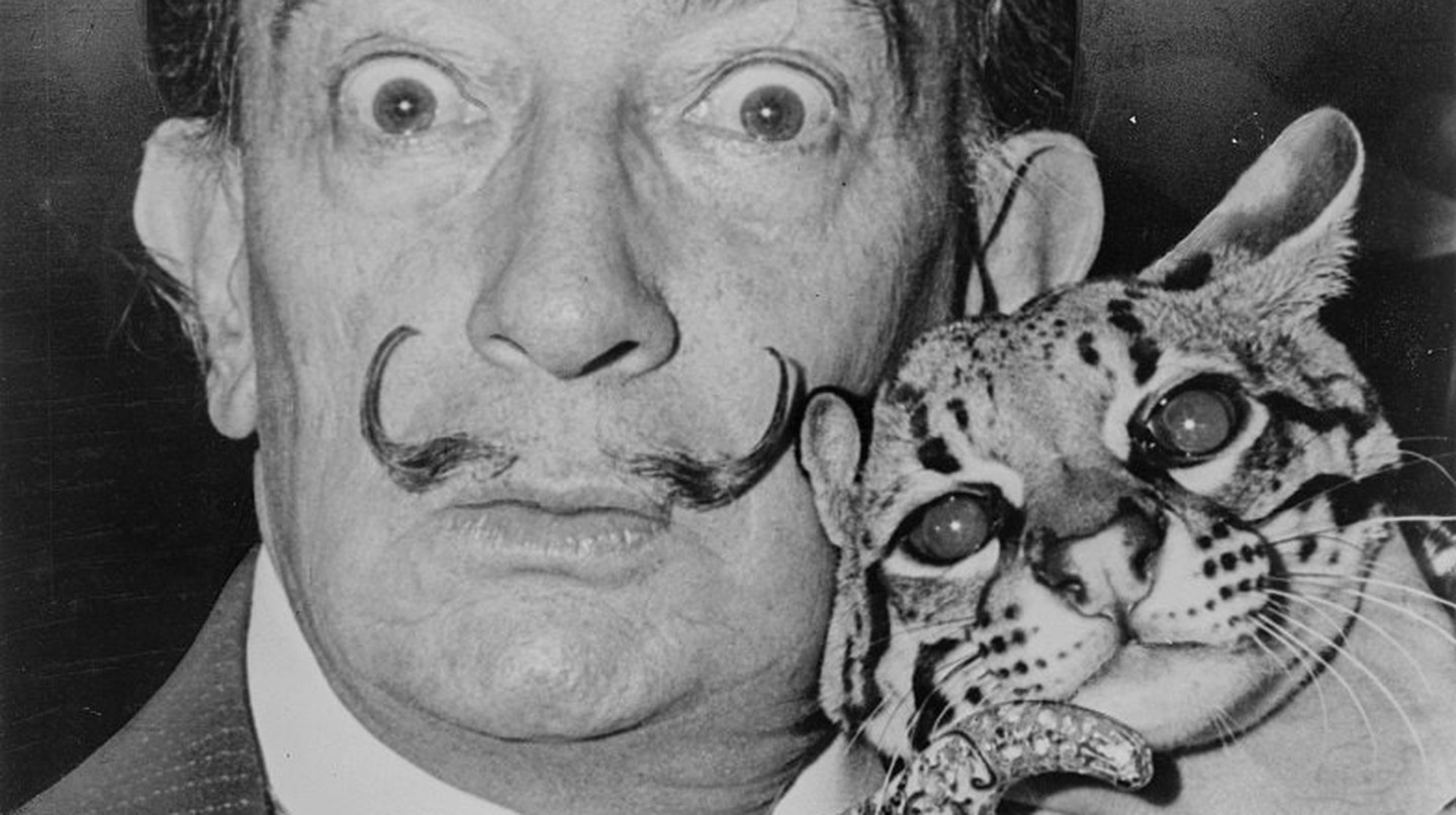Salvador Dali with Babou, the ocelot and cane | © Roger Higgins/World Telegram/WikiCommons