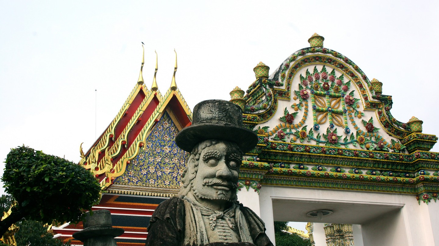 Farang statue outside Wat Pho | © Ian Gratton/Flickr