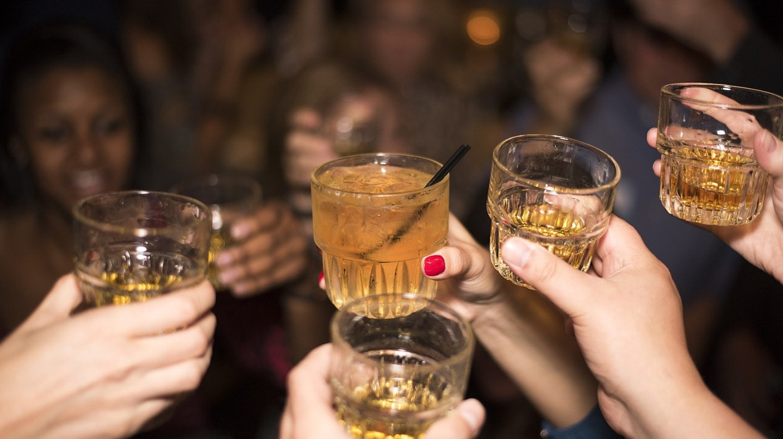 Friends toasting at the bar  © kaicho20/Pixabay
