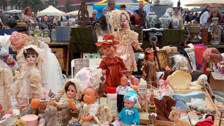 An impressive doll collection for sale on a Bruges flea market | © Lisa-Lisa / Shutterstock