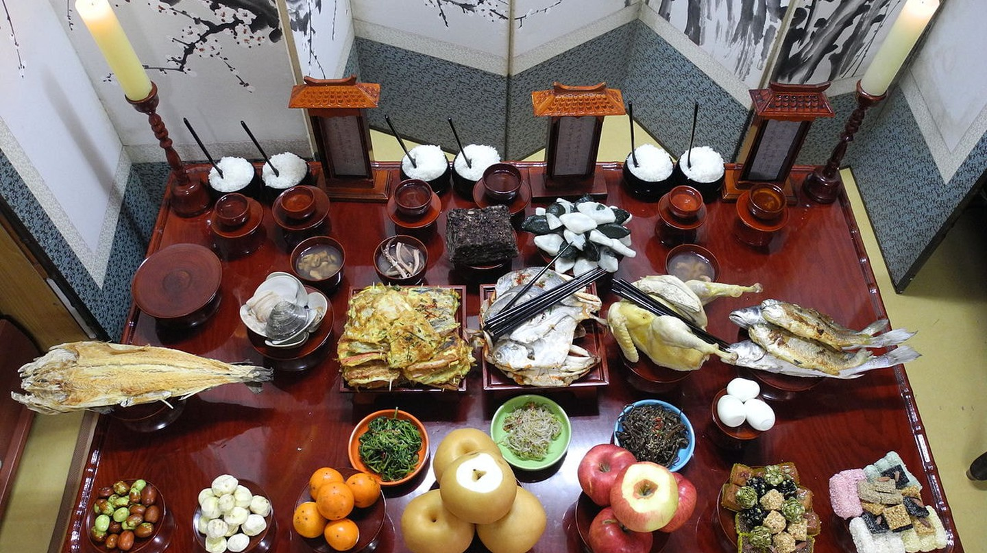 A traditional Chuseok spread prepared for memorial services | © Namwon030 / Wikimedia Commons