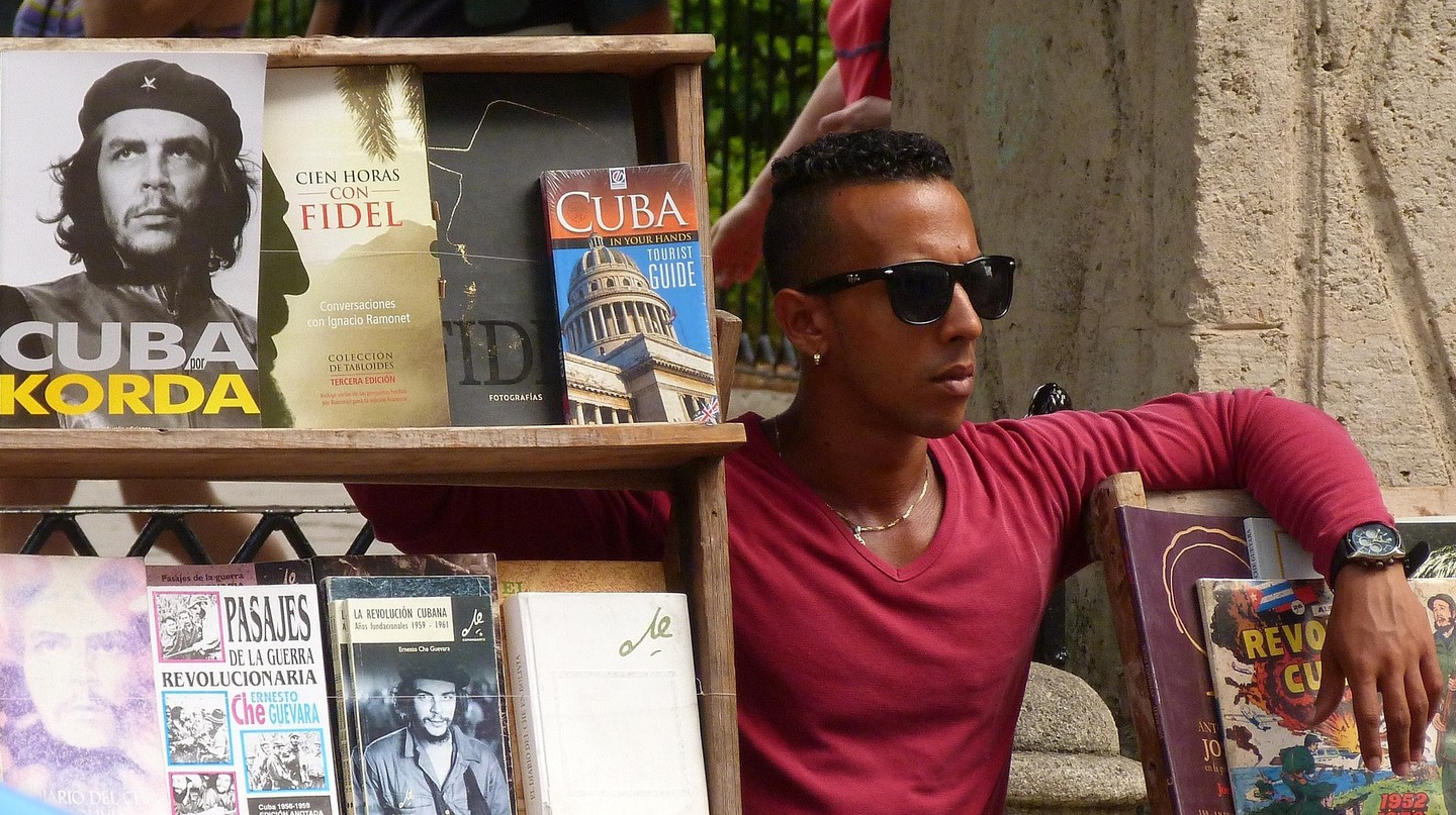 A man sells secondhand books in Cuba | © PeterKraayvanger / Pixabay