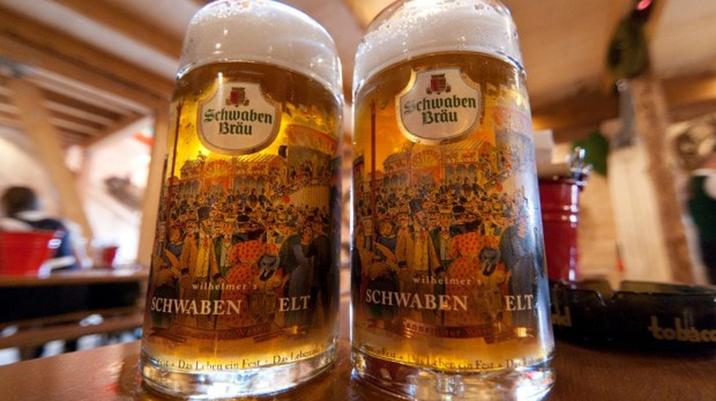 Beer steins at Oktoberfest | Carla Vidal 96/WikiMedia Commons