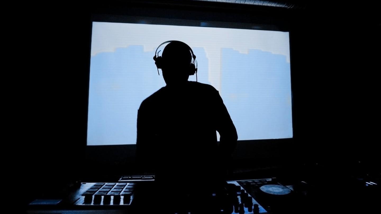 DJ | © arturografo/Shutterstock