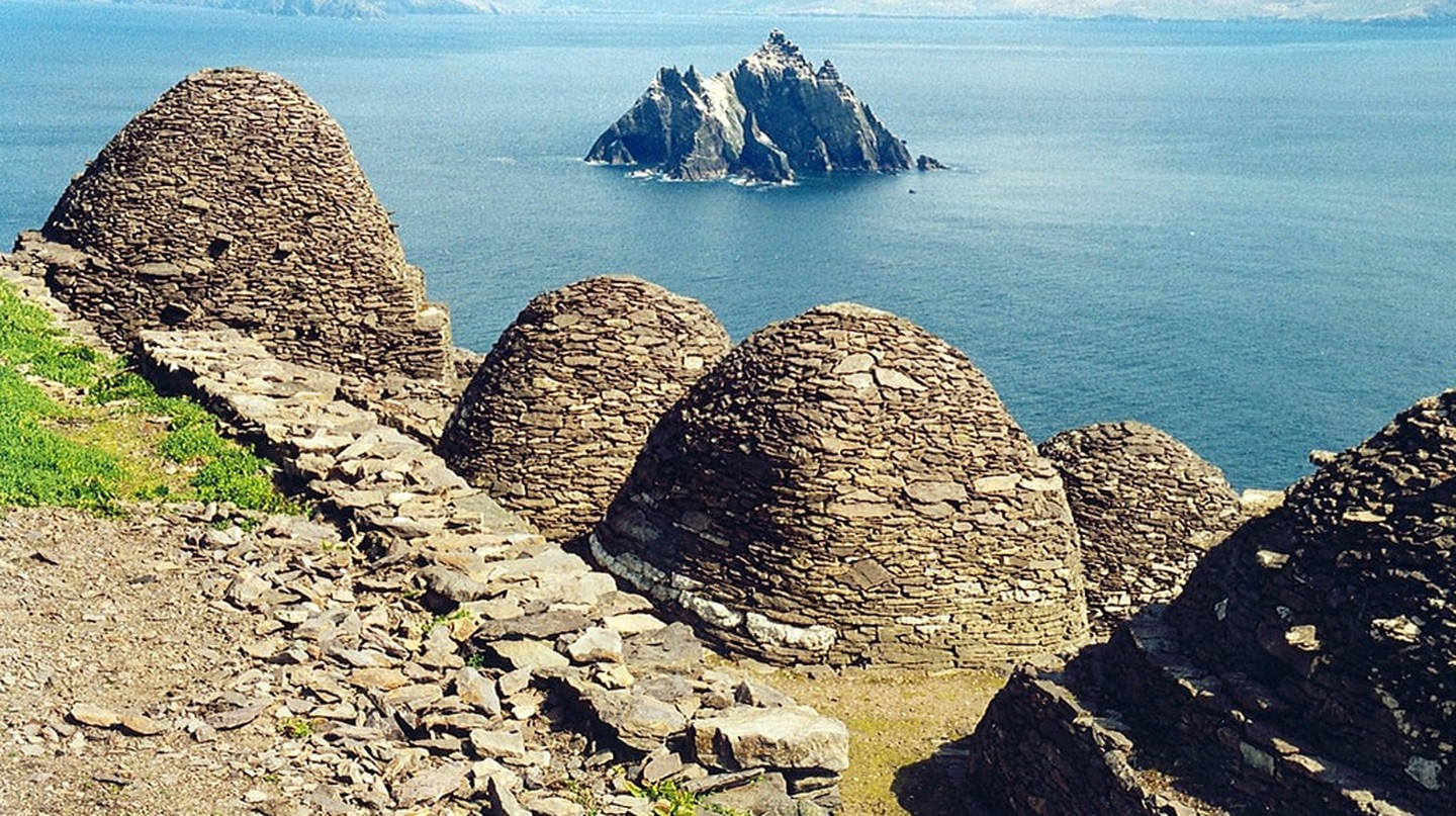 Skellig Michael, beehive cells and Small Skellig | © Arian Zwegers/ Flickr