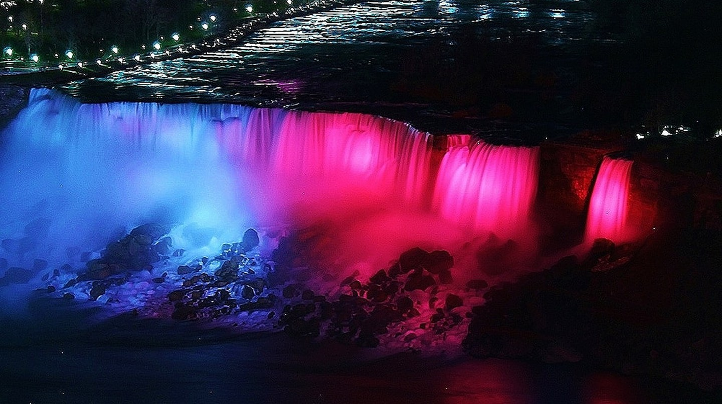 Pink Niagara Falls | ©RSII Photography/Flickr