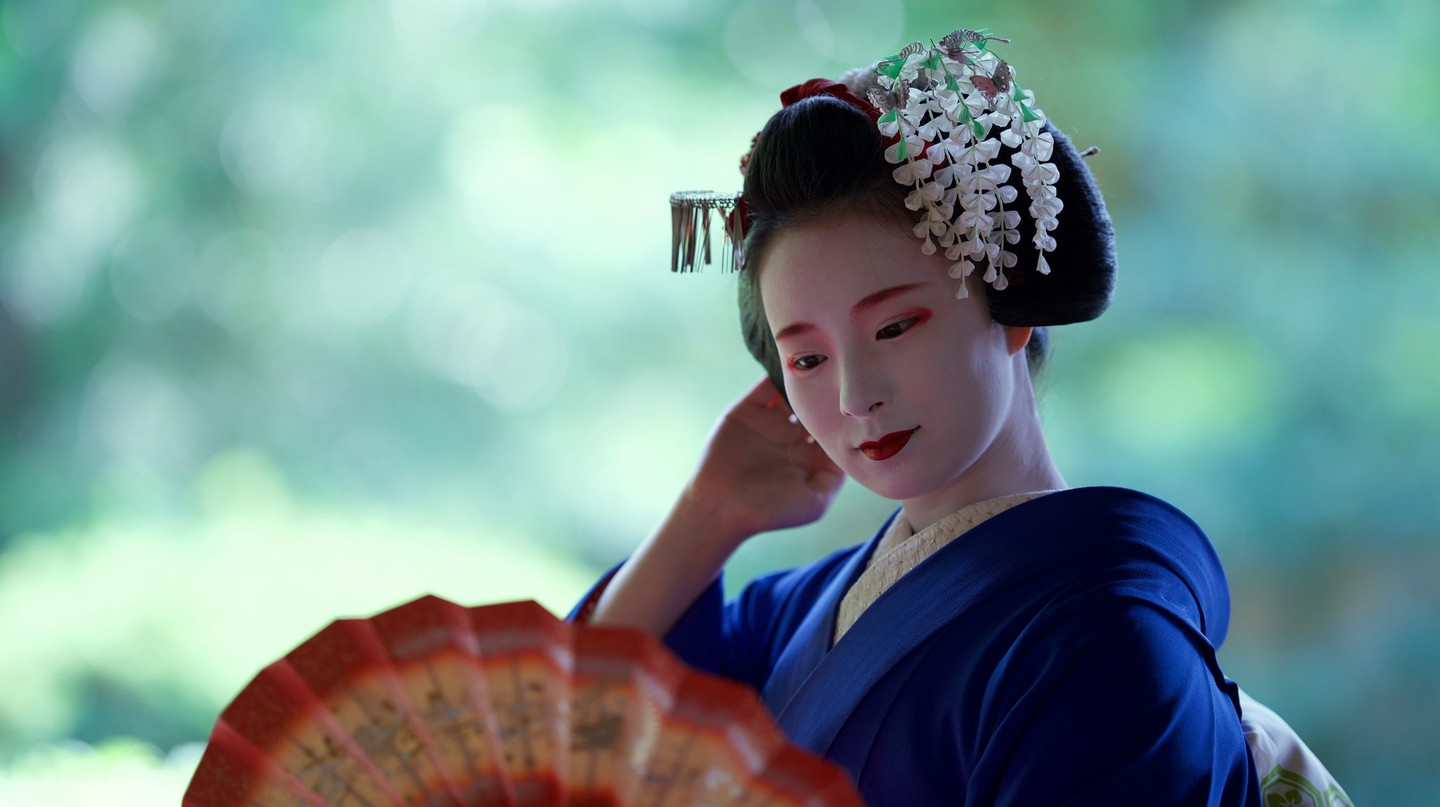 Maiko wear the most elaborate kanzashi, kimono and obi | © Tiger Takashi/Kyoto Flower Tourism