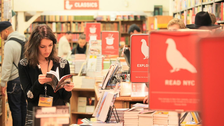 Melissa, the reader @Strand | © Marco/Flickr