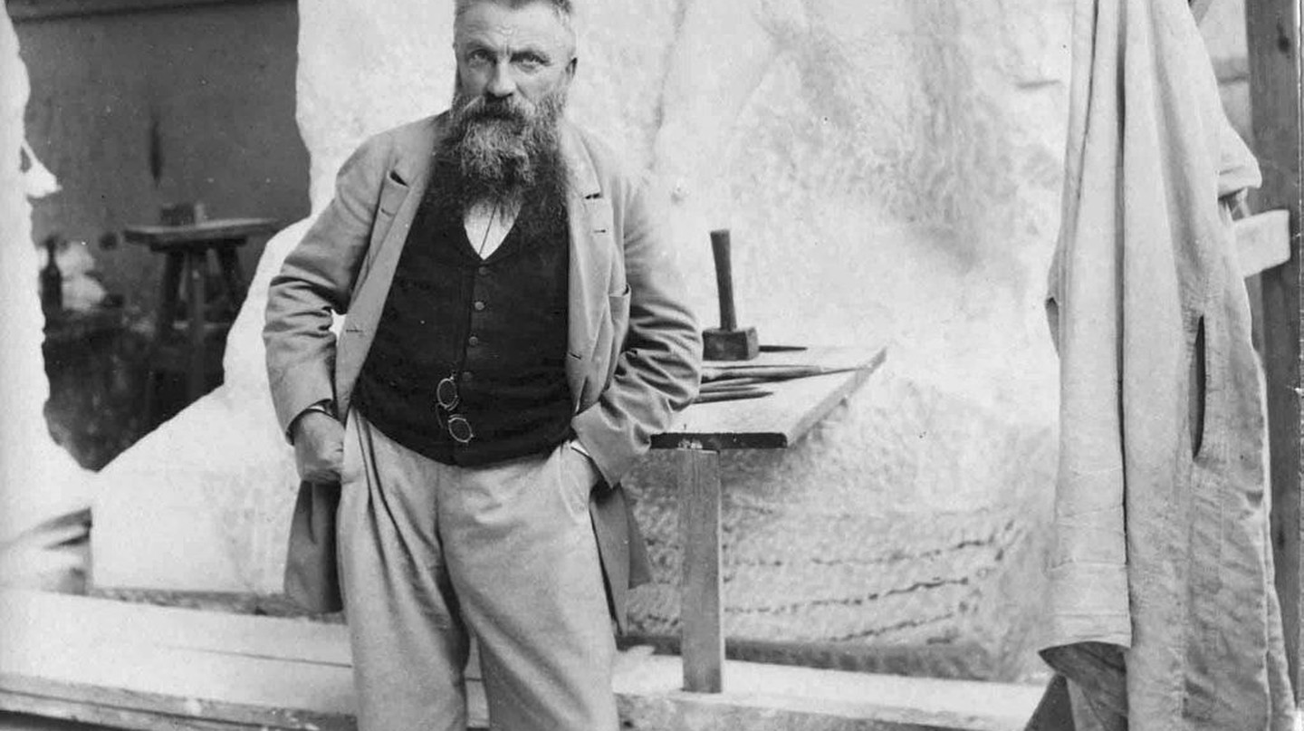 August Rodin photographed in his studio by Paul François Arnold Cardon a.k.a. Dornac (1858–1941) | Via Paul François Arnold Cardon (a) Dornac (1858-1941)/WikiCommons