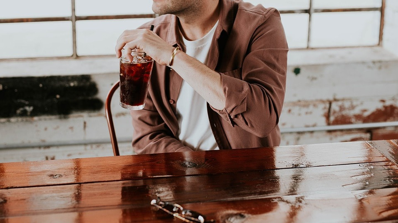 a man drinking at a bar / (c) Pixabay
