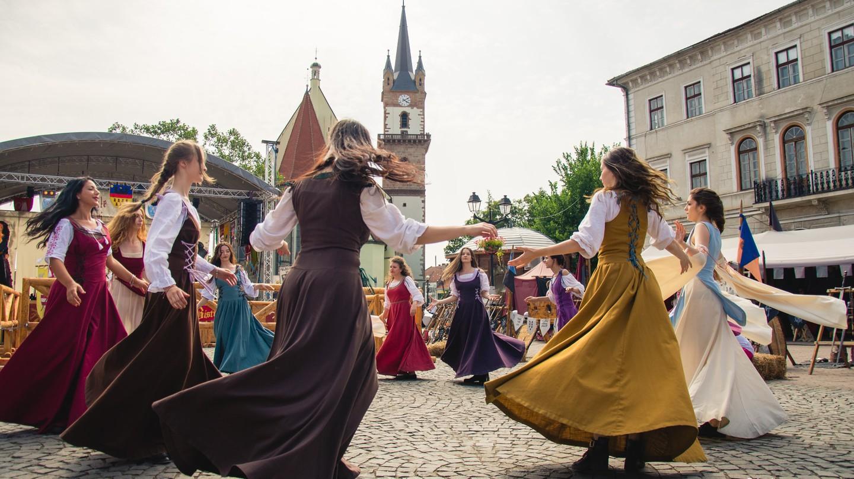 Medieval Dances © Robert Mângâtă   Courtesy of Asoctiatia Culturala Bistrita Medievala