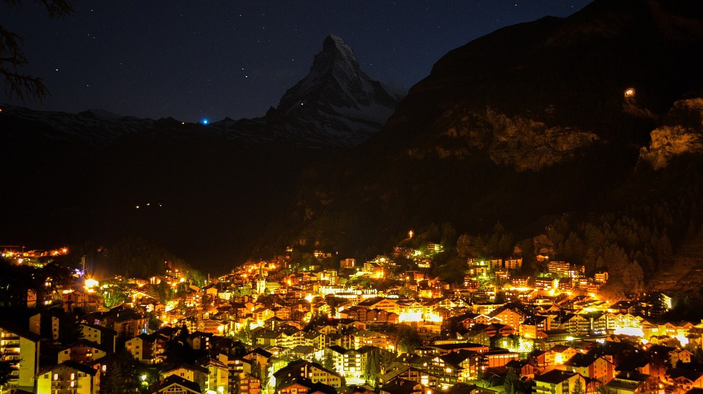 Switzerland's famous ski resort shimmers by night | © ricardoadelaide/ Pixabay