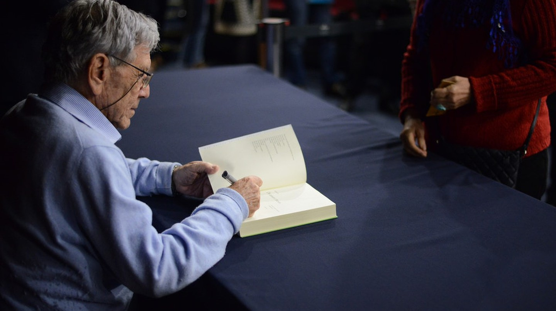 Amos Oz signing a book, 2017 |© Fronteiras do Pensamento / Flickr