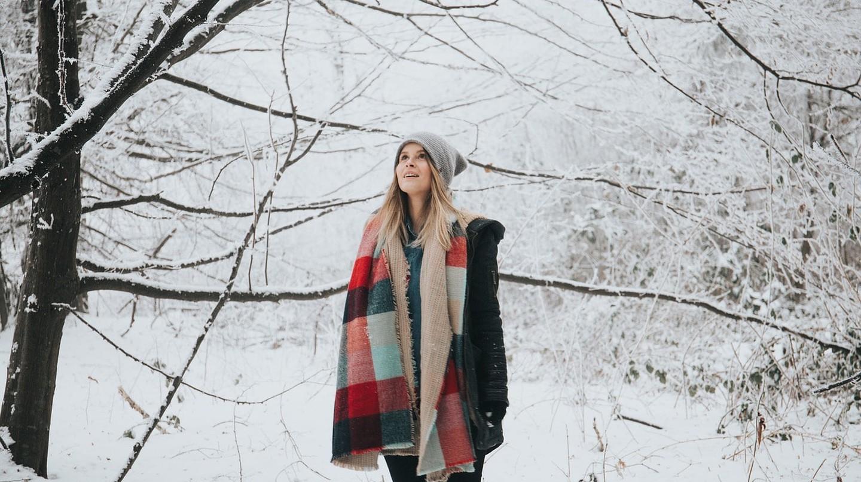 Woman watching the snow fall | © StockSnap / Pixabay