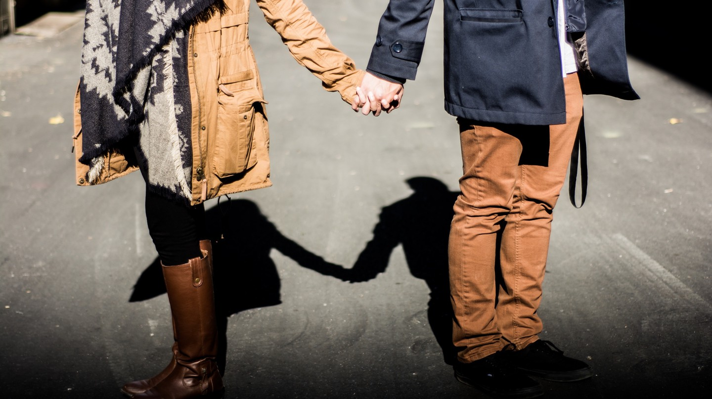 Couple holding hands | © Redd Angelo / Unsplash