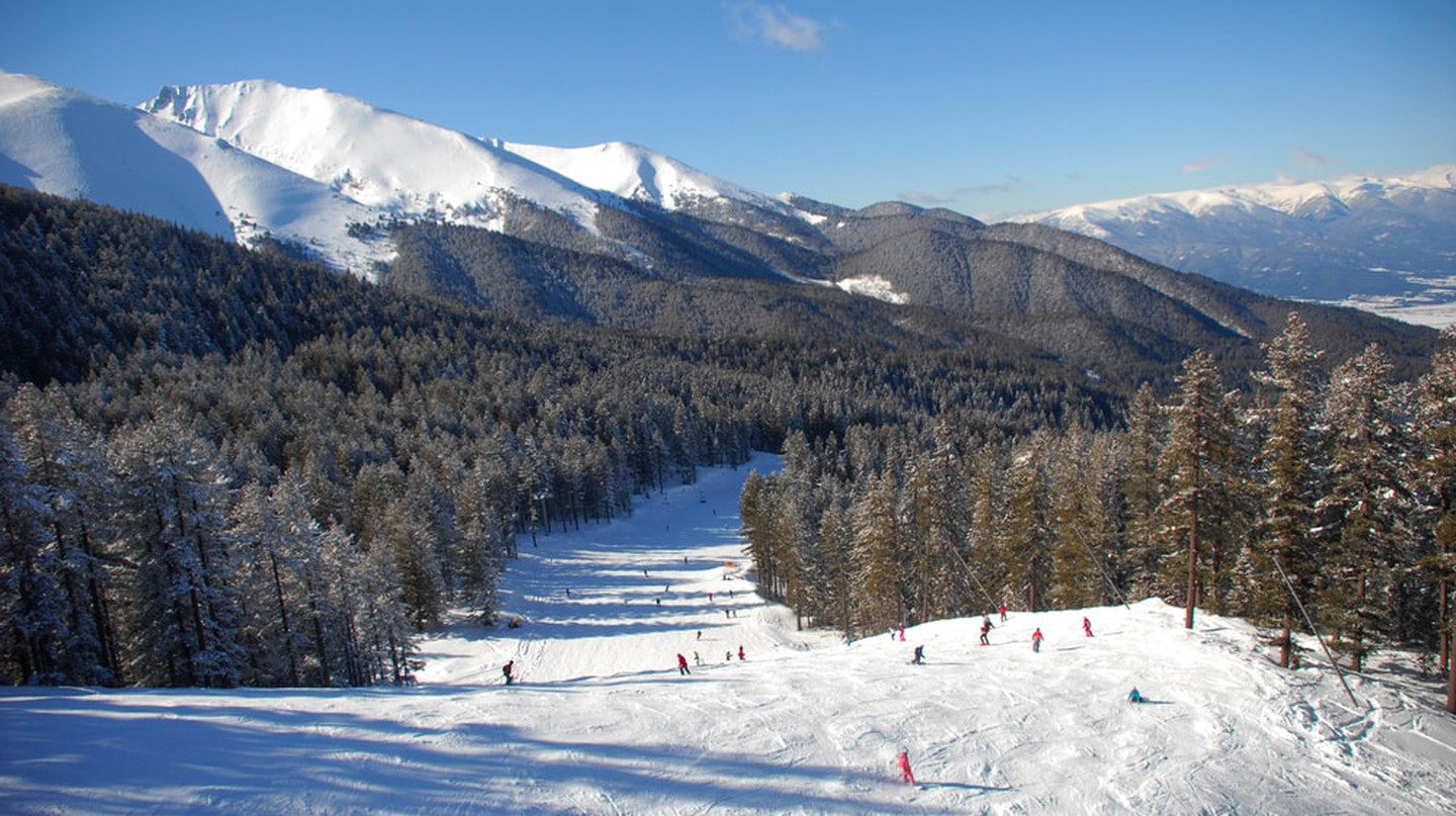 Panorama of winter mountains. Alpine ski resort Bansko, Bulgaria | ©  urbaneye011/Shutterstock