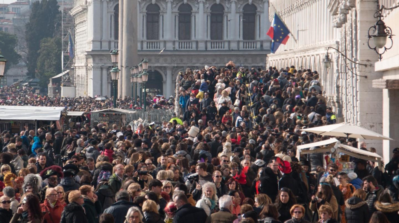 Tourists on the Venice Promenade | © Natalia Svistunova/Shutterstock