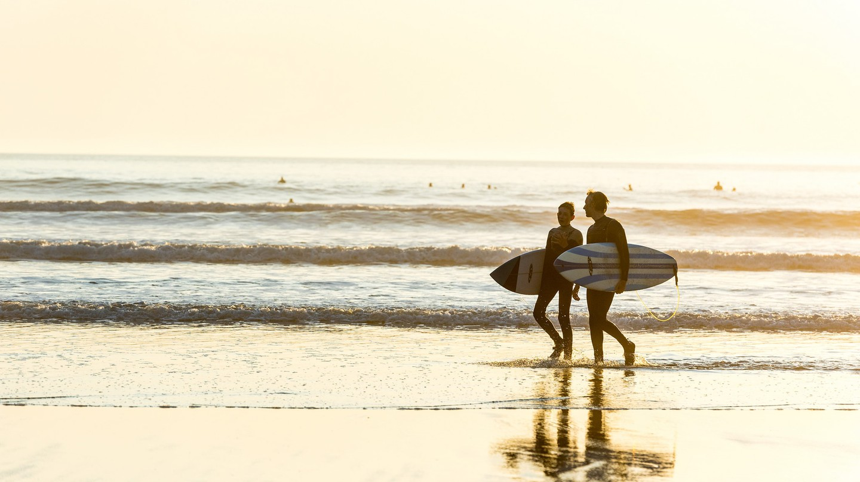 Couple surfing | © Surf Snowdonia/Flickr