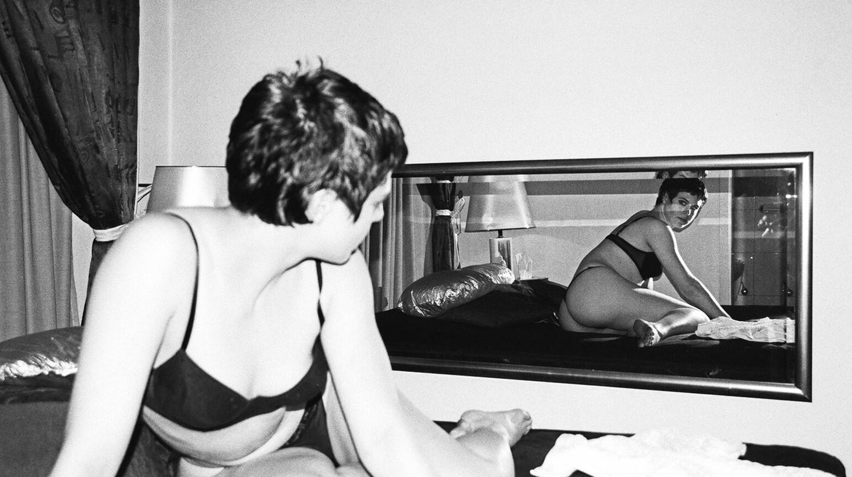 Woman_lying_on_bed,_looking_at_mirror,_Berlin_2001|© Julica da Costa/wiki
