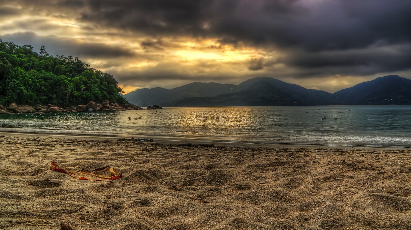 Sun poking through the clouds in Ubatuba | © Rafael Vianna Croffi / Flickr