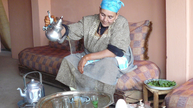 "<a href=""https://www.flickr.com/photos/chigley/3004283466/"" rel=""noopener"" target=""_blank"">A Moroccan lady preparing mint tea | © jonl1973 / Flickr</a>"